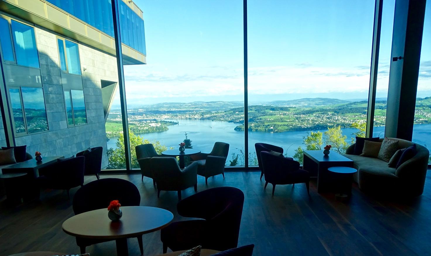 In der Lake View Lounge des Bürgenstock Resort hat man einen fantastischen Blick auf die Stadt Luzern.