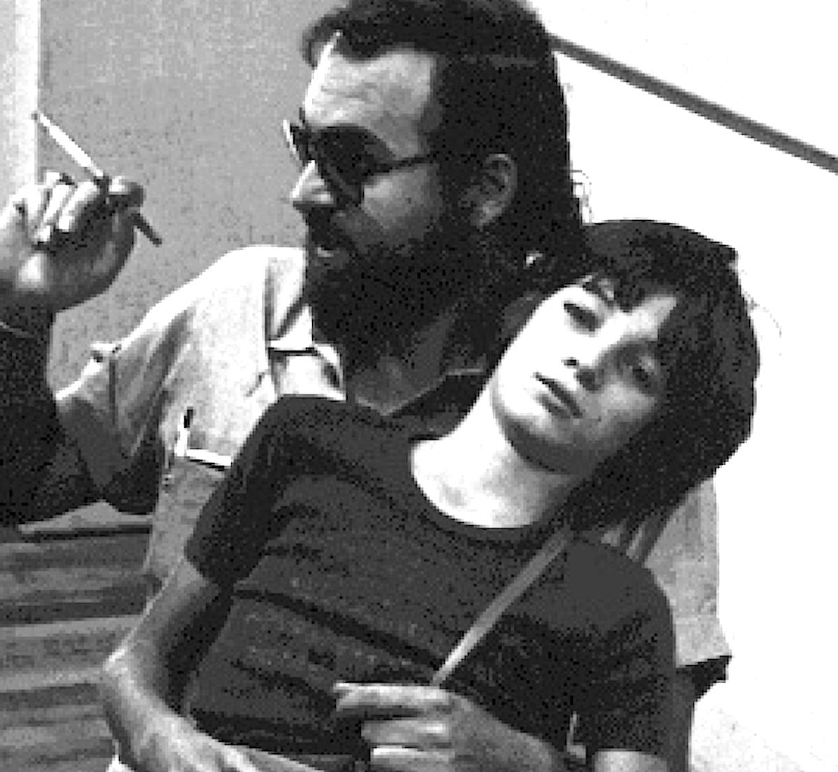Vater und Sohn: Alex auf dem Schoss des weltbekannten Fotografen Allan Porter.
