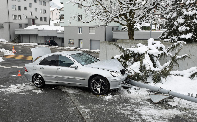 Der 14-Jährige, der sich beim Unfall leicht verletzte, fuhr in Littau in einen Pfosten.