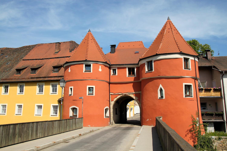 Das Burgtor bildet den Ortseingang nach Cham.