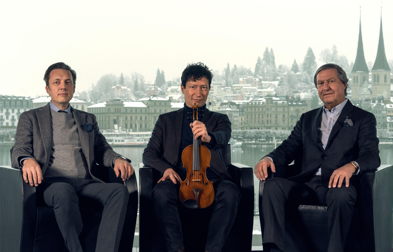 Hans-Christoph Mauruschat (Orchesterdirektor der Festival Strings Lucerne), Daniel Dodds (Konzertmeister und künstlerischer Leiter) mit der «Sellière»-Stradivari und Patrick Troller, Präsident der Stiftung Festival Strings Lucerne.