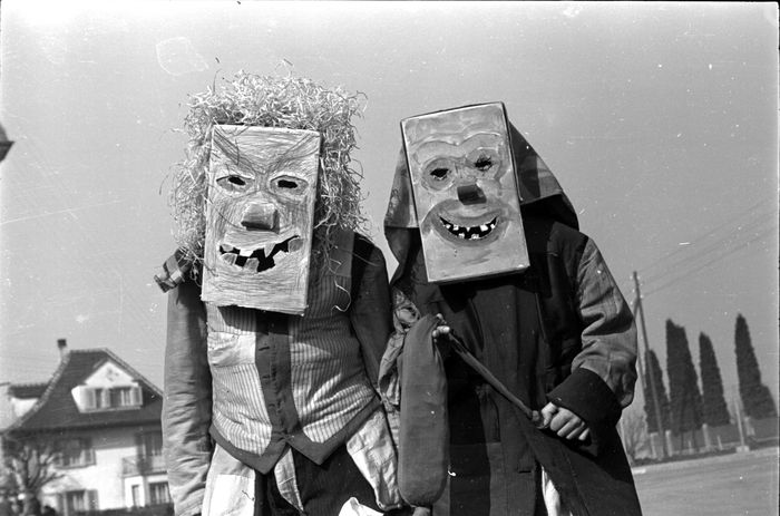 Das Bild dieser zwei lustigen Gestalten wurde 1946 festgehalten. Bild: Staatsarchiv Luzern / Lisa Meyerlist