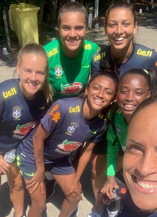 Natascha Honegger umgeben von brasilianischen Mannschaftskolleginnen.