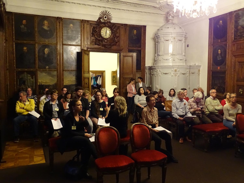 Die Zuschauer verfolgen gespannt die Ratsdebatte im Nebenraum.