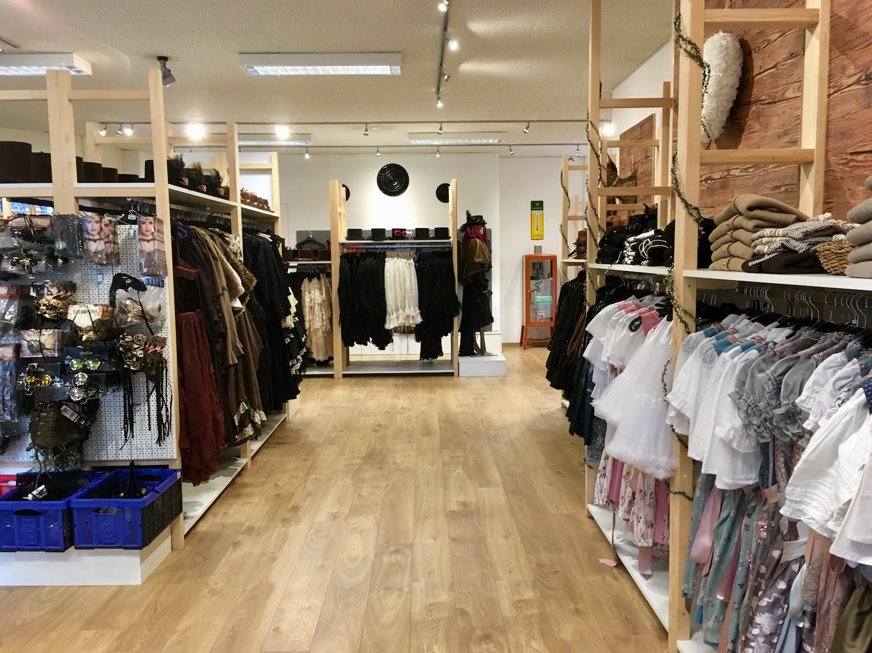 Lederhosen und Steampunk: Im neuen Teil des Ladens kommen nicht nur Fasnächtler auf ihre Kosten.