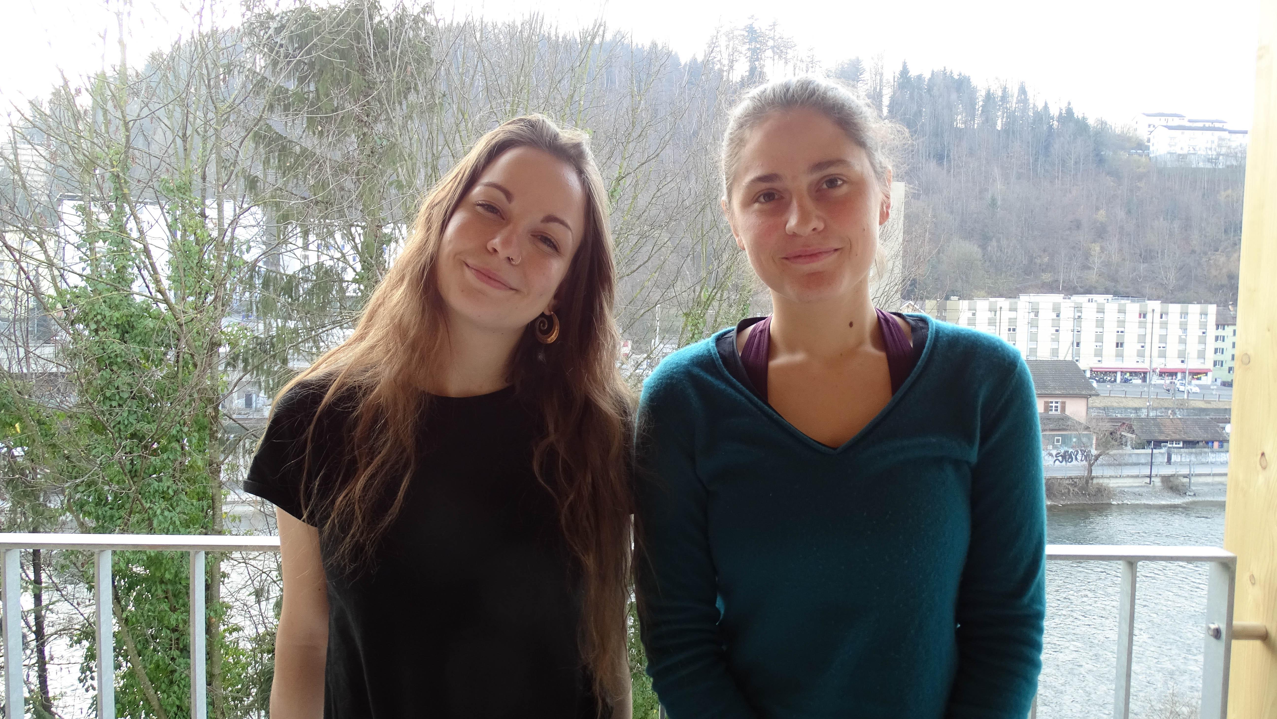Manon Rais und Eva Sulai auf der Terrasse des Musikhauses.