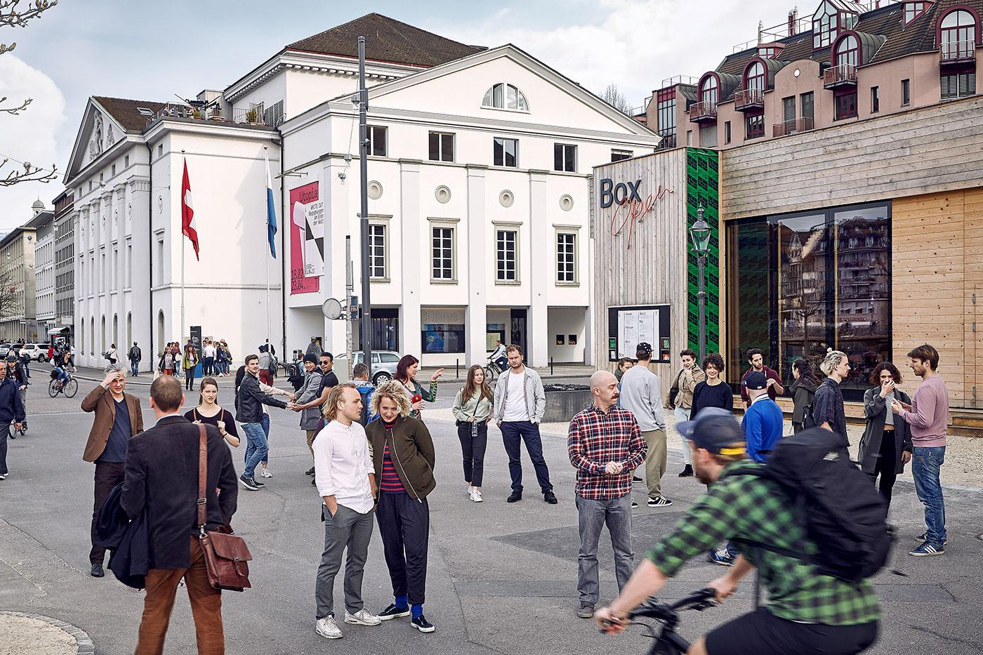 Das Ensemble des Luzerner Theaters auf dem Theaterplatz.