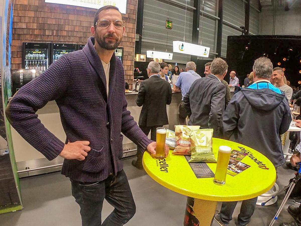 Moritz Stiefel gönnt sich ein Bier – dazu Chips aus dem «Abfallprodukt» des Brauprozesses. Diese Wiederverwendung findet er top.