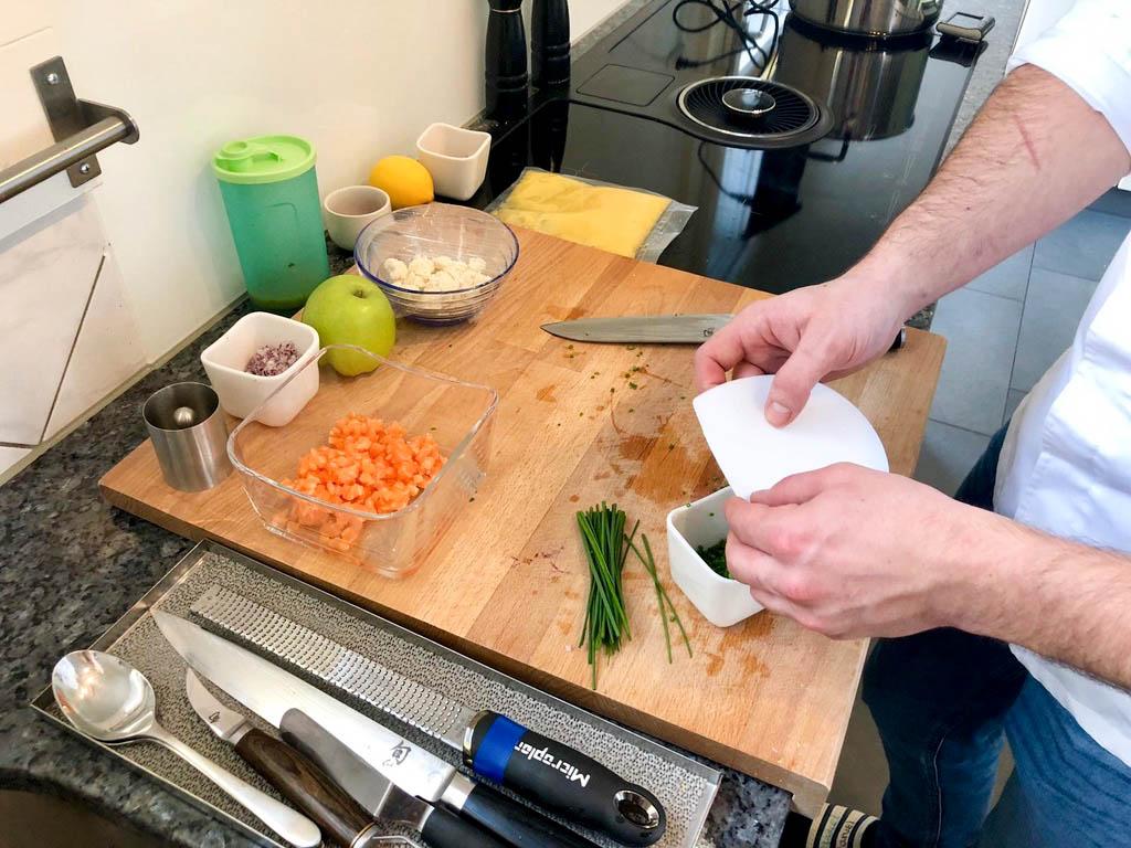 Jeder Griff sitzt: Manuel Engel beim Zubereiten des Lachstartare.