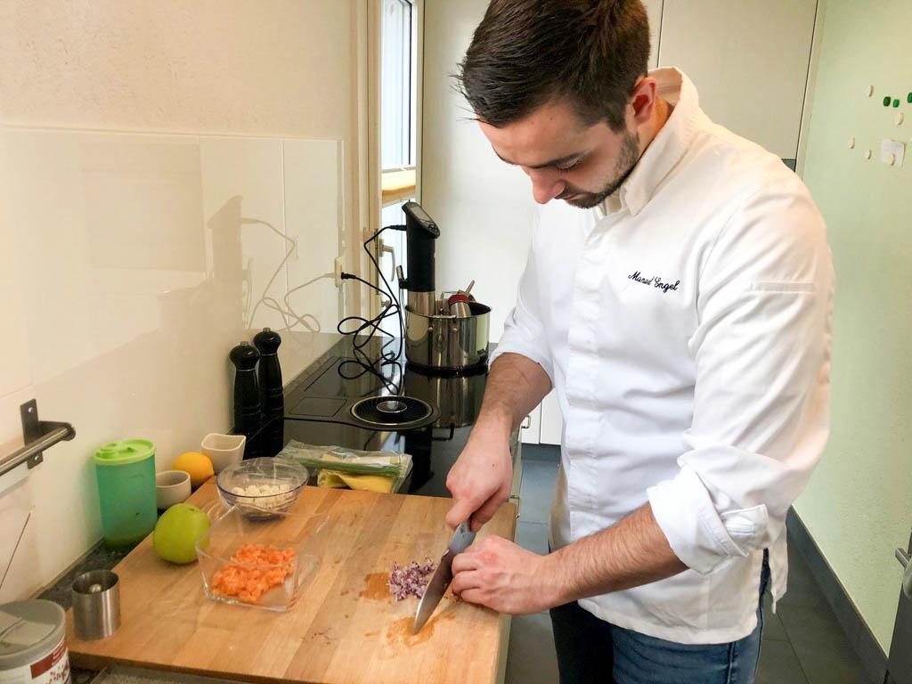 Ein Lachstartar mit Apfel-Stangensellerie, Zitronenmarmelade und Baby-Leaf-Salat: Frisch zubereitet von Manuel Engel.