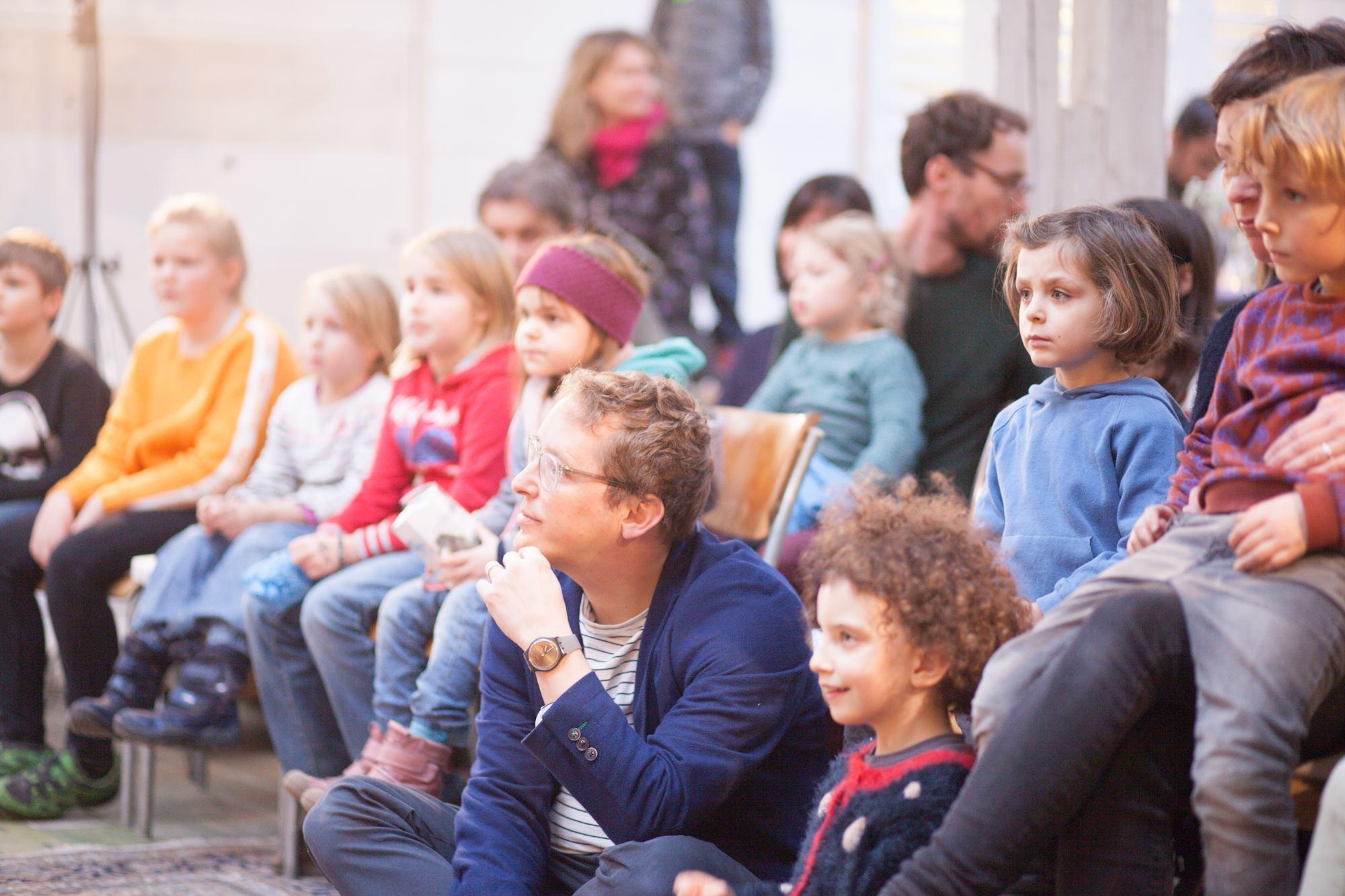 Grünen-Präsident Maurus Frey in der Mitte von Kindern an der Nominationsversammlung in Luzern.