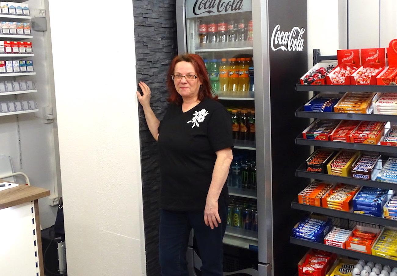 Zeitungsstände und Eiskühler sind zwar noch leer, doch ein Grundstock an Süssigkeiten, Getränken und Zigaretten ist schon vor der Eröffnung bereit.