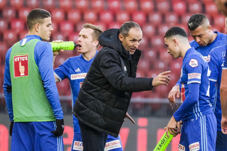 Der neue FCL-Trainer Thomas Häberli wird Einfluss darauf haben, ob die Karriere seines früheren Teamkollegen Christian Schwegler (mit Trinkflasche) noch eine Saison weitergeht.
