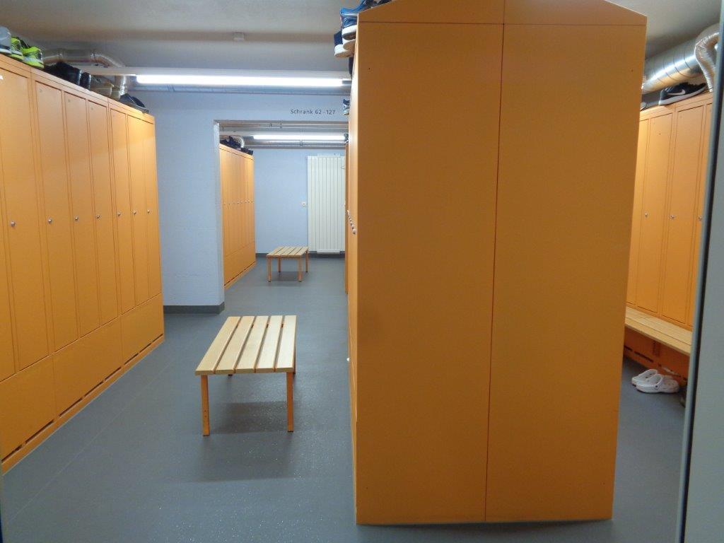 So sieht die Garderobe in der geschützten Operationsstelle in Baar aus.