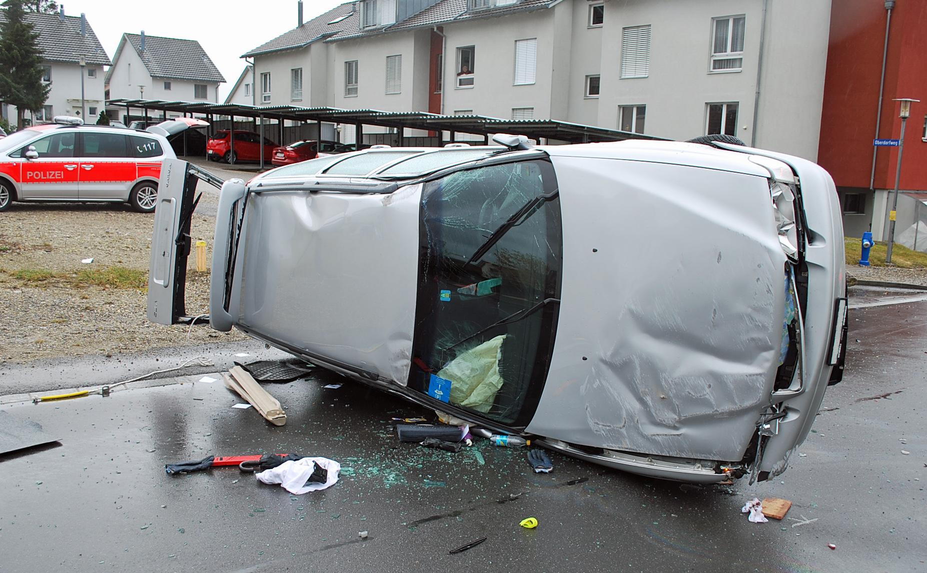 Unter Mithilfe von Anwohnern konnte der Fahrer das Auto verlassen.