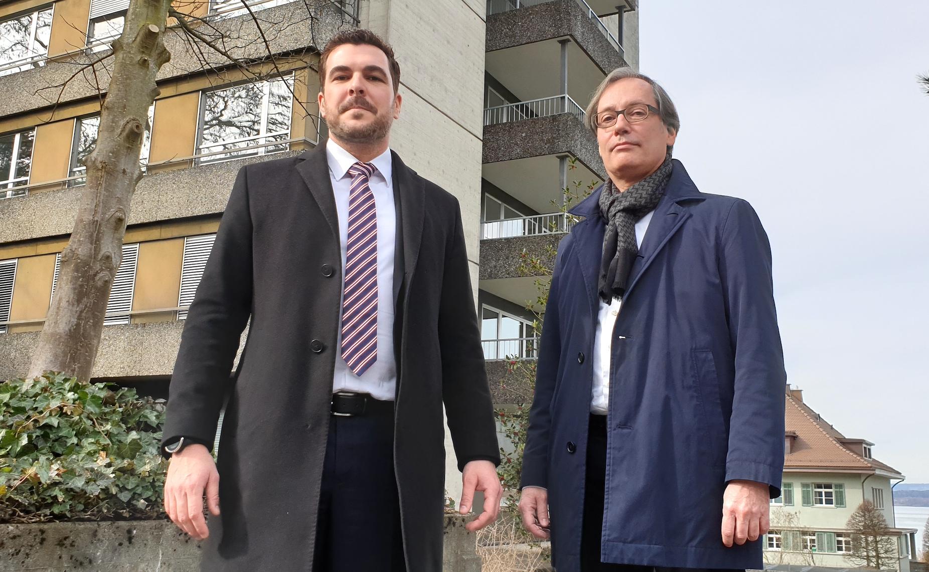 Baudirektor Florian Weber (FDP) und Kantonsbaumeister Urs Kamber vor dem Personalhochhaus des früheren Kantonsspitals.