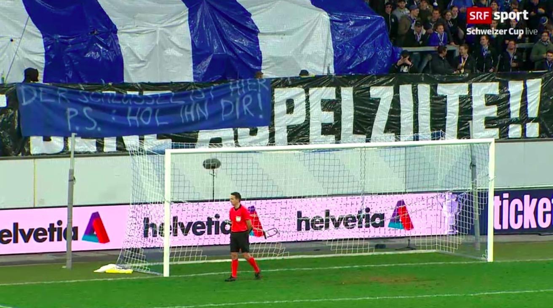 Mit einer Kette vor dem Tor und Plakaten protestierten die FCL-Fans.