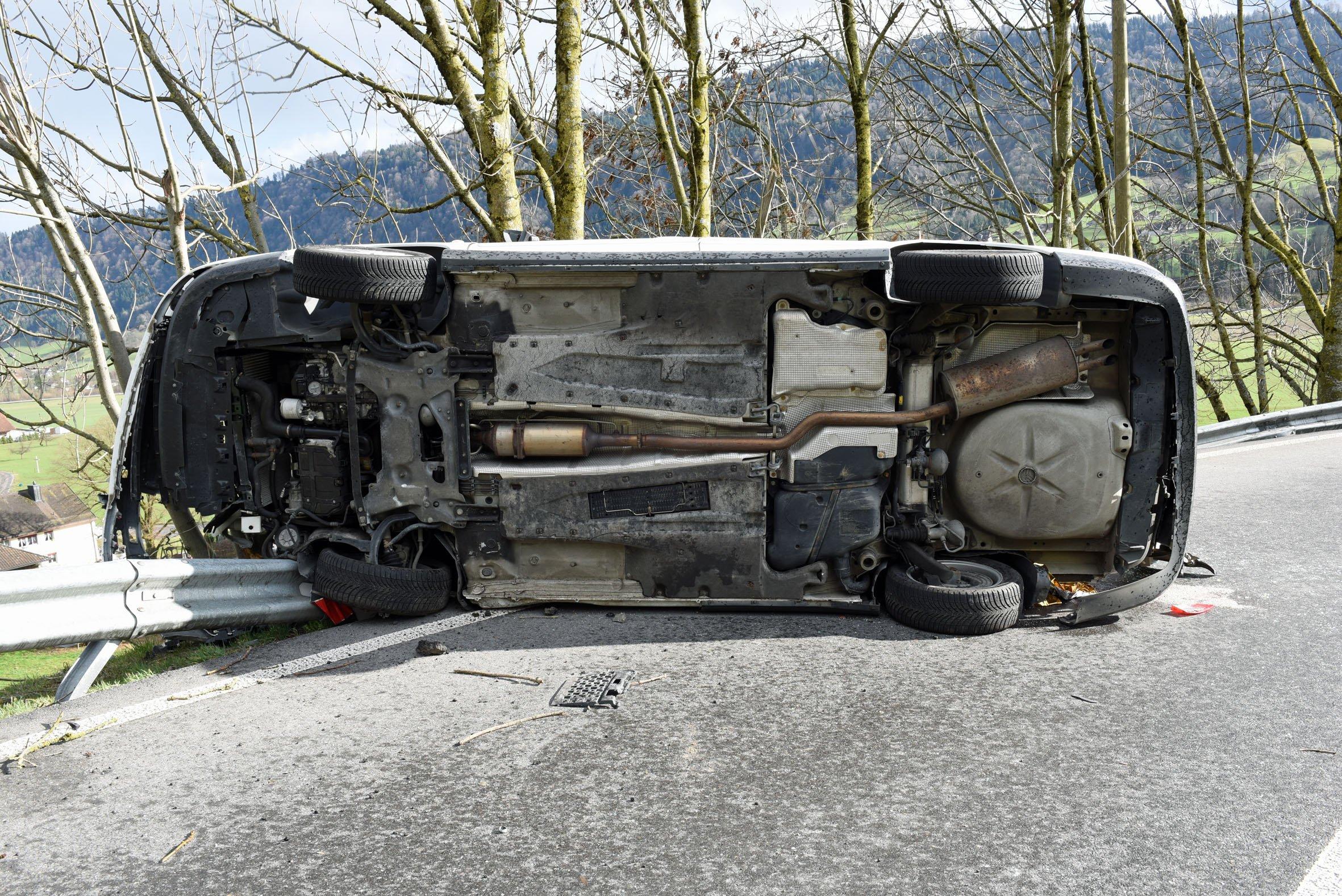 Das Unfallauto von unten.