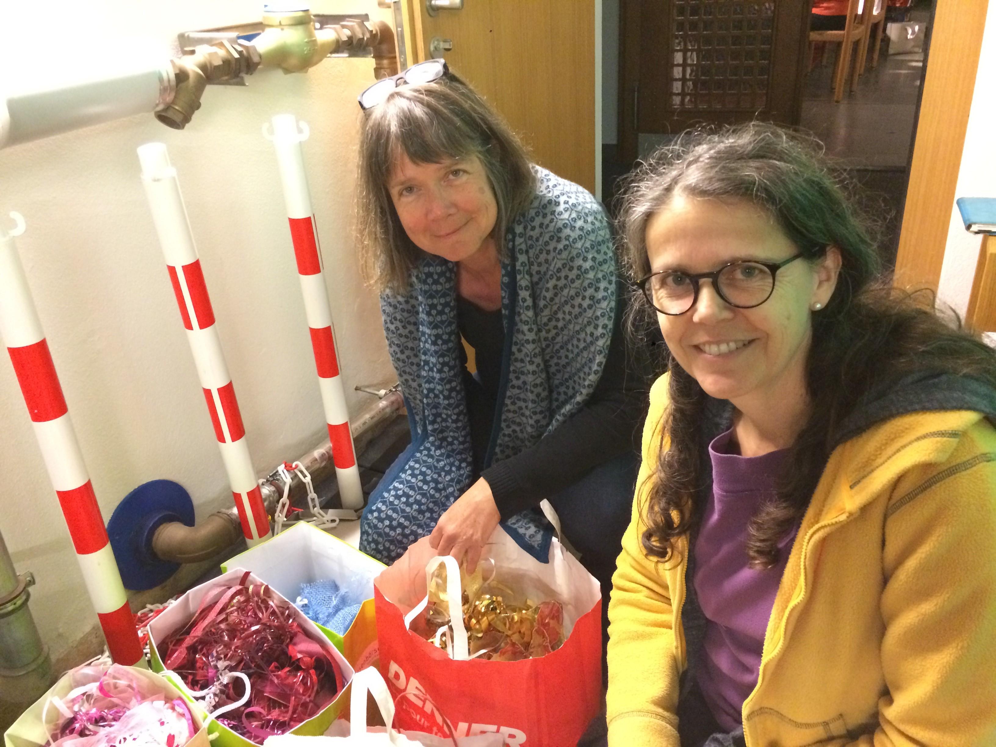 Die beiden Künstlerinnen mitten in ihrem Bändelifundus (von links nach rechts: Claudia Riberzani und Yvonne Blaser).