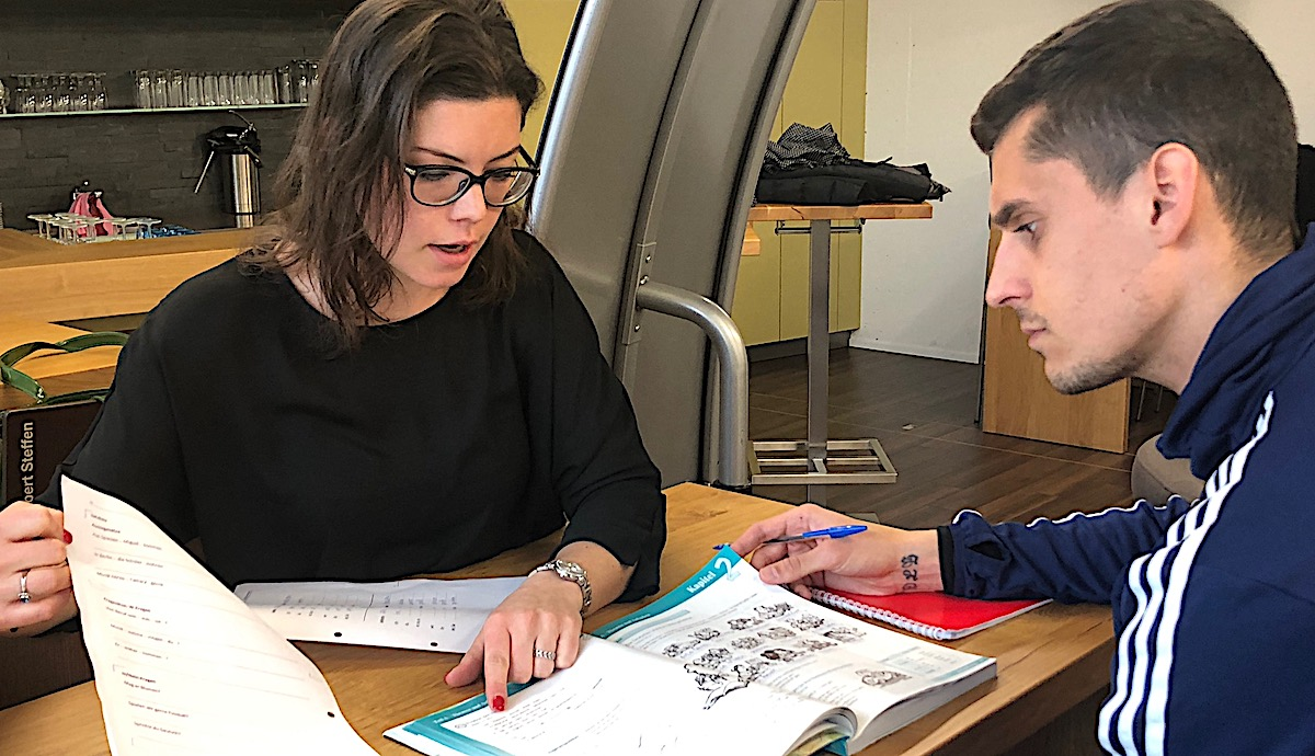 Deutschlehrerin Sabrina Walker bringtLazar Cirkovic Sätze bei.