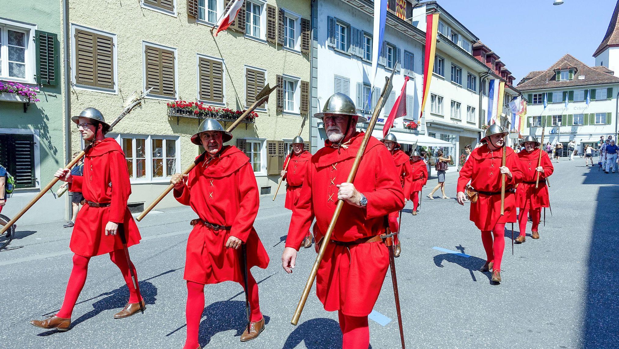 Auszug der Roten Schwyzer bei der Schlachtfeier von Sempach.
