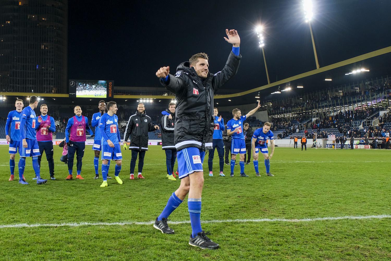 FCL-Offensivspieler Pascal Schürpf (vorne) und seine Teamkollegen lassen sich nach dem Triumph im Cup-Viertelfinal gegen Meister YB von den Fans feiern.