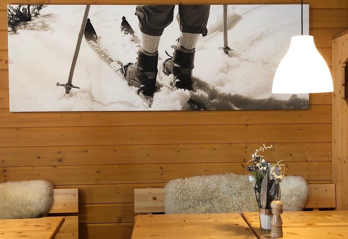 Alpenschick aus Lammfellen, Bergfotos und viele nostalgischen Skiutensilien.