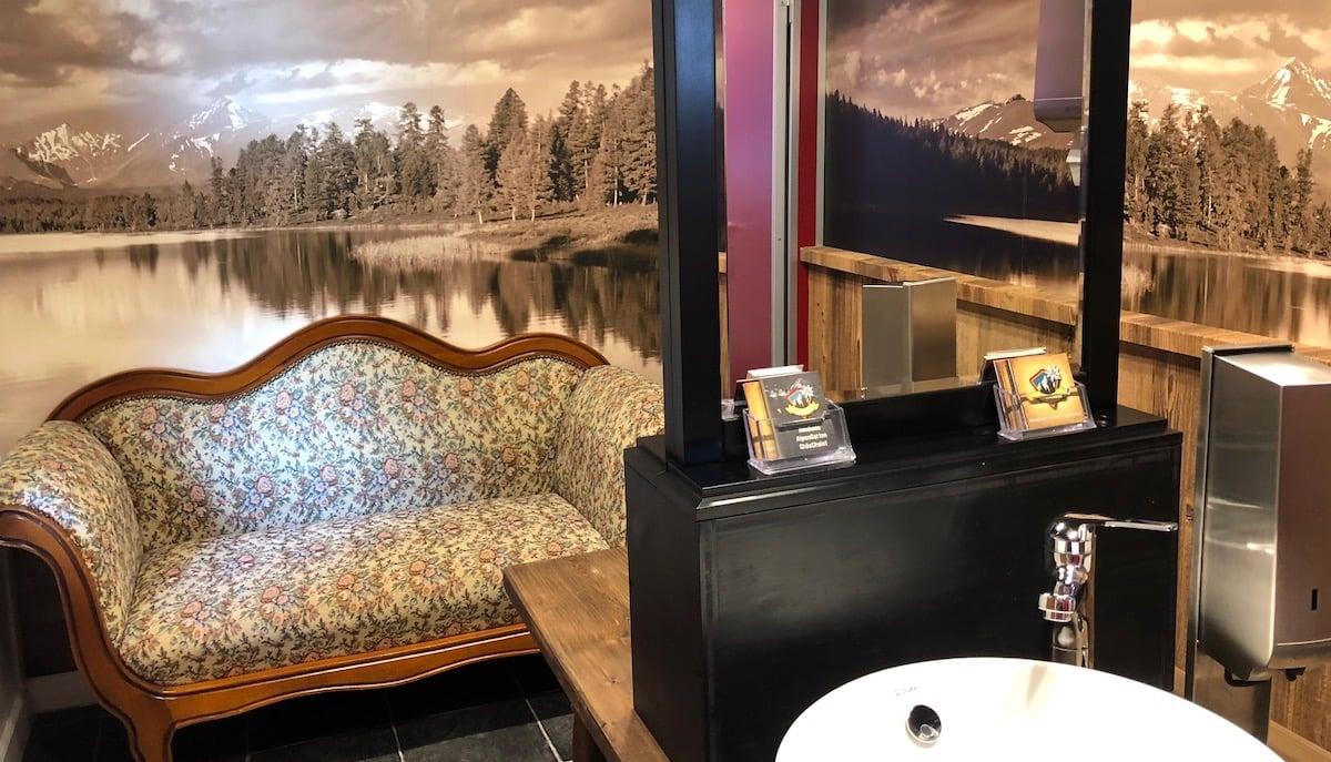 Gute Stube? Nein, Damen-WC mit beidseits zugänglichem Spiegel undBiedermeier-Sofa.
