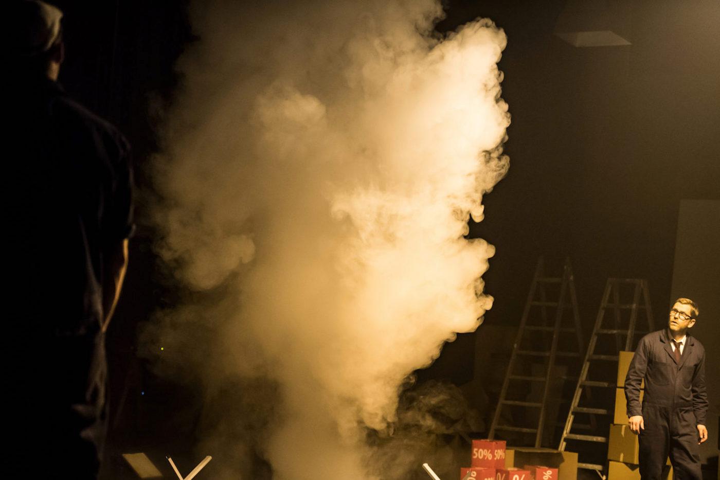 Nebelwissen aus 225 Jahren Firmengeschichte wird aufgefahren: Die neuste Produktion des Schweizer Theaterkünstlers Thom Luz.