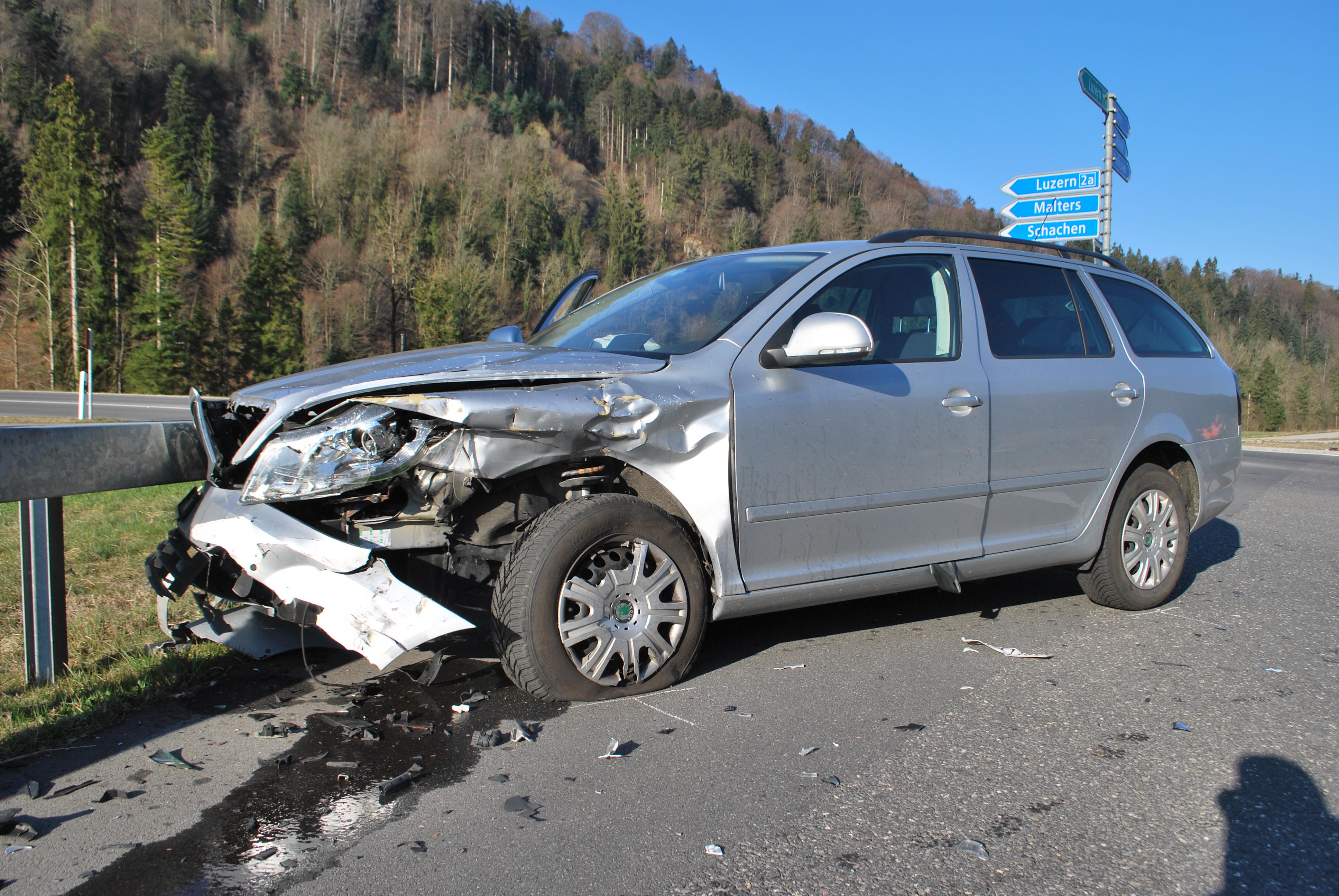 Die beiden Fahrzeuge erlitten Totalschaden.