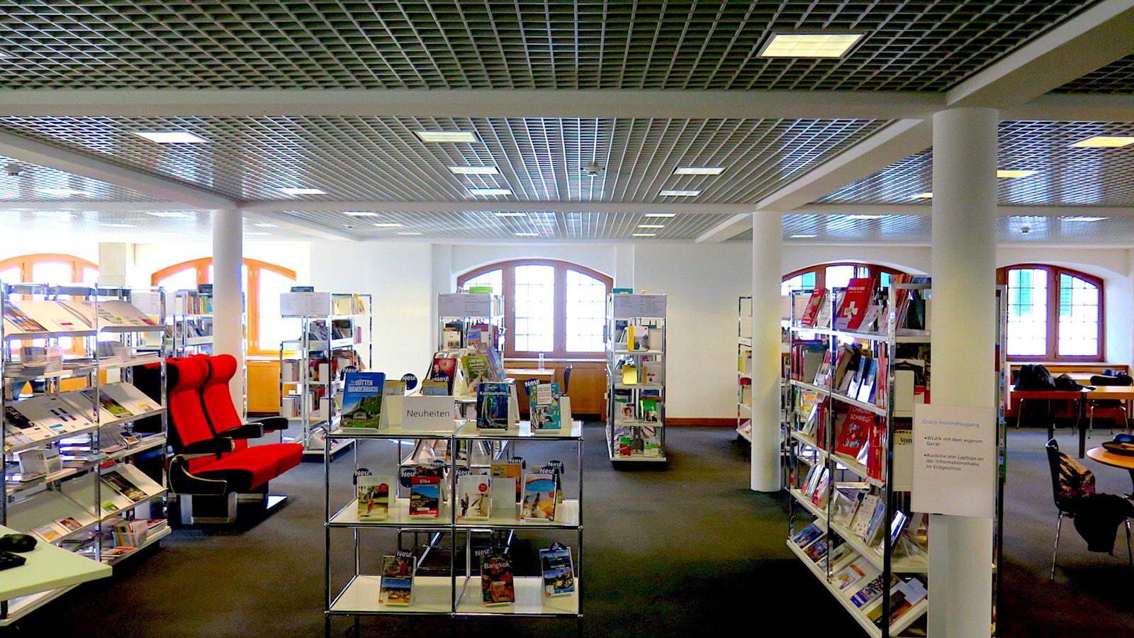Am Samstag waren in der Kantonsbibliothek für einmal sprechende «Bücher» zu finden. Fotografieren lassen wollte sich aber niemand von ihnen.