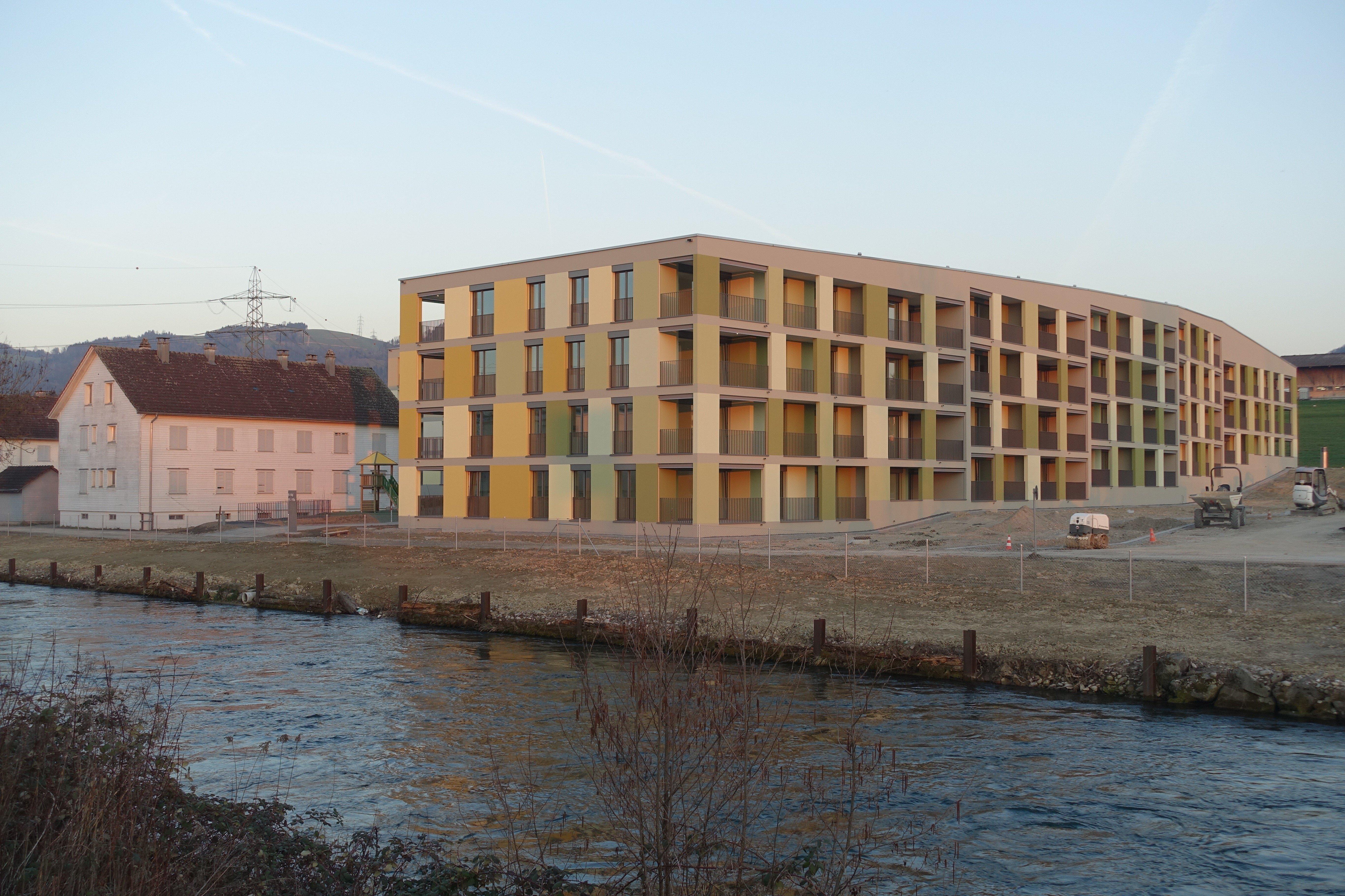 Der Neubau übernimmt die Ausrichtung vom benachbarten Zeilenbau der 1930er Jahre.