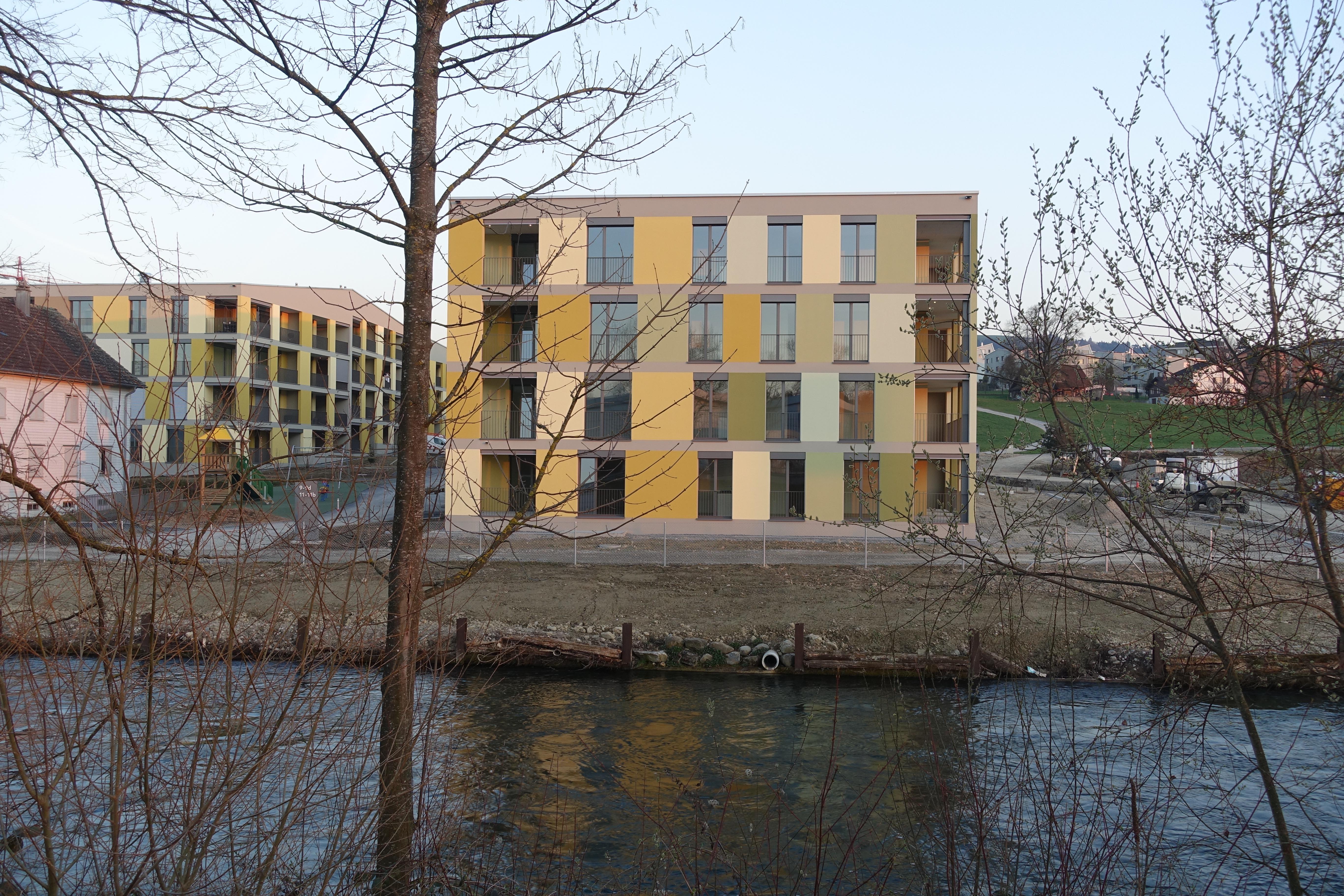 Wie die Altbauten steht auch der Neubau mit dem Kopf am Wasser.
