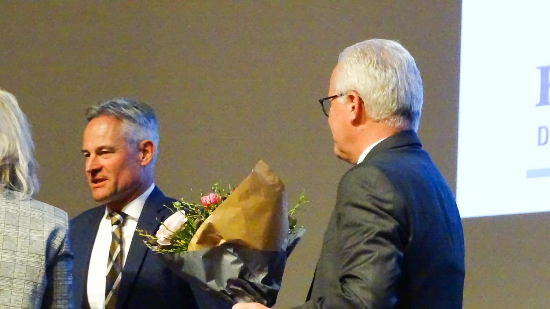 Alt Regierungsrat Matthias Michel nimmt die Gratulationen entgegen – auch von Andreas Hotz.