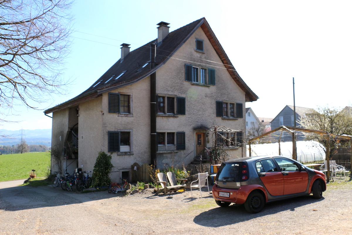 Der Hof Narr liegt höchst idyllisch zwischen dem Greifensee und dem Pfannenstil.