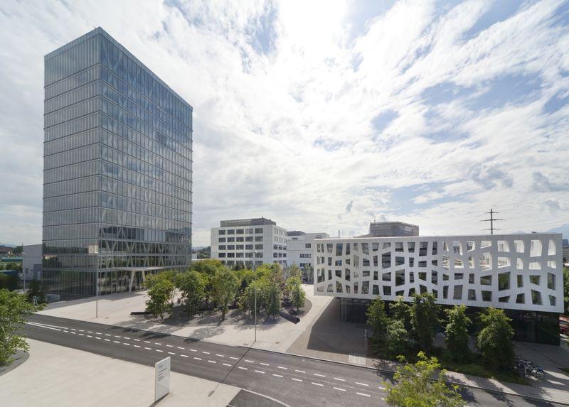 Die futuristischen Gebäude von Roche Diagnostics im zugerischen Rotkreuz. Ende Juni gingen nach Angaben der Firma hier 2431 Mitarbeiter aus 50 Ländern ein und aus.