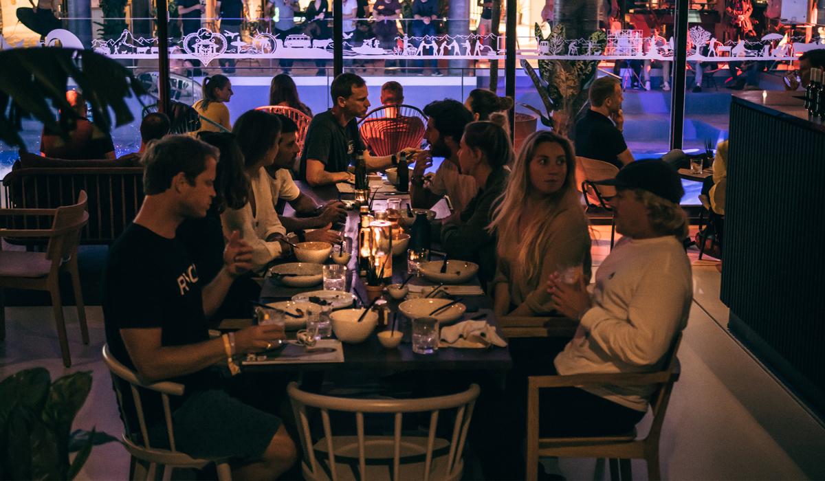 Essen unter Freunden. Mit dem Sharing Konzept kommt alles auf den Tisch und jeder bedient sich nach Lust und Laune.