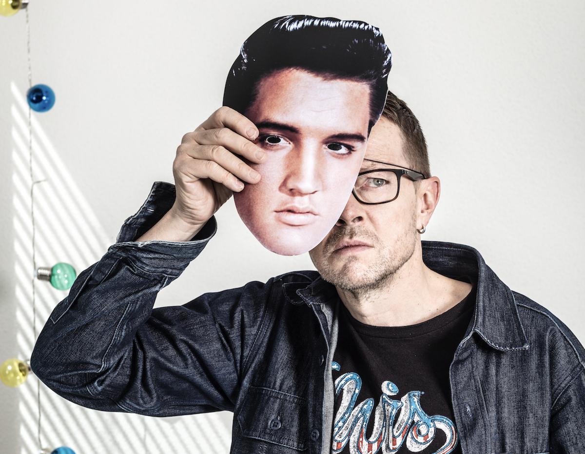 Liebt Fussball und Musik: Kabarettist Bänz Friedli, hier mit Elvis-Maske.