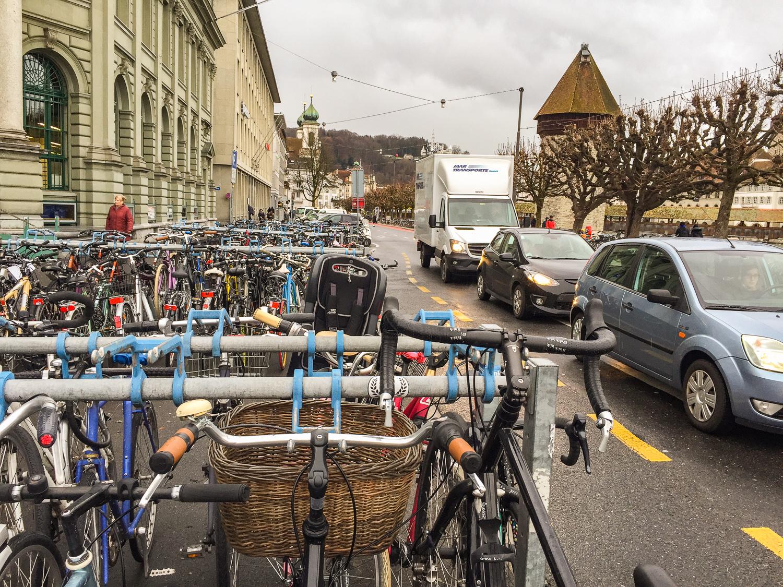 Die Velos an der Bahnhofstrasse sollen dereinst unterirdisch parkiert werden, doch die SVP wehrt sich dagegen.