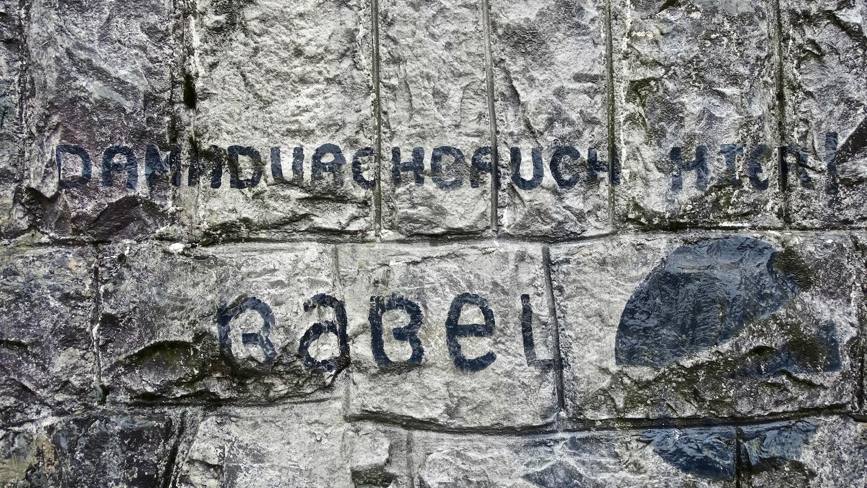 «Dammdurchbruch hier.»: Der lange gehegte Wunsch des Babelquartier steht heute noch auf dem Bahndamm.