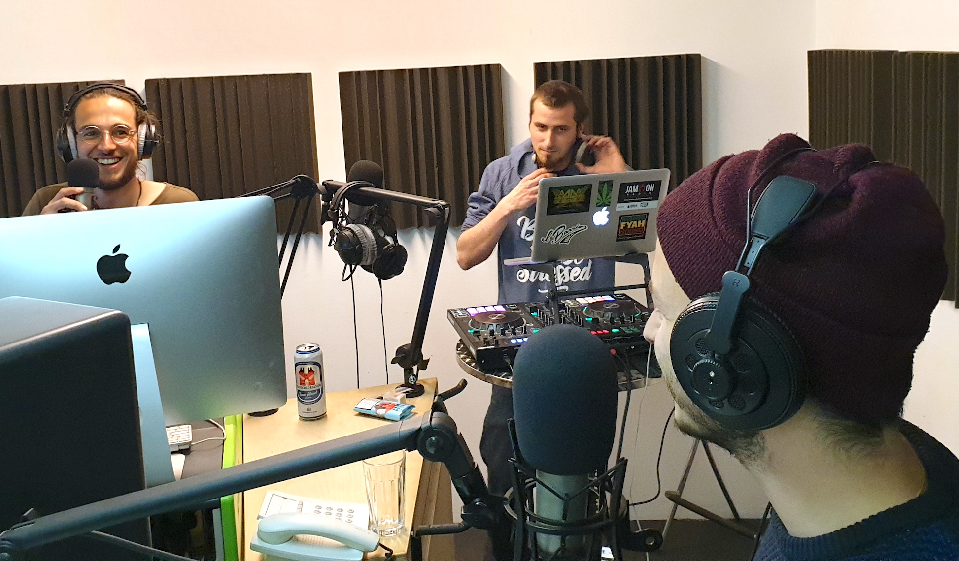 Moderator Severin Fabris (links) und DJ Sandro Schgör mit dem Zuger Rapper Weibello (vorn) im Studio von Radio Jam On.