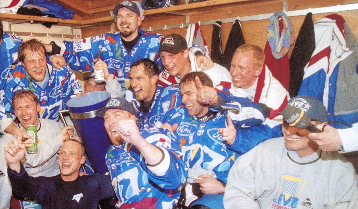In der Garderobe im Eisstadion Davos feiern (im Uhrzeigersinn von unten) Marco Fischer, Patrick Sutter, Matthias Holzer, Dino Kessler, Misko Antisin, Patrick Schöpf und Bill McDougall den Gewinn des EVZ-Meistertitels 1998.
