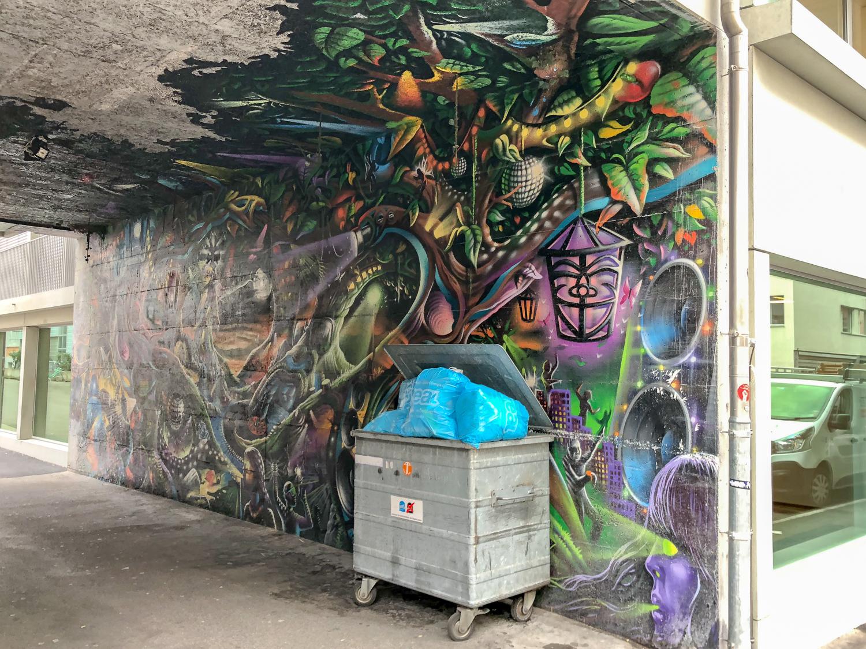Das Graffiti in der Einfahrt beim sanierten Gebäude hat auch gelitten.