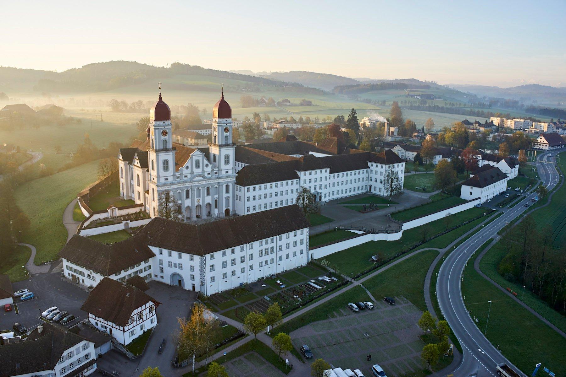 Die barocke Klosteranlage, zwischen 1711 und 1780 erbaut, mit dem «Löwen» links unten im Bild.
