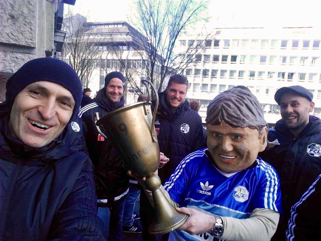 Der als Hansi Burri verkleidete Fasnächtler bringt den aktuellen FCL-Trainer Thomas Häberli (links) und die hinter ihm stehenden Spieler David Zibung und Pascal Schürpf zum Lachen.