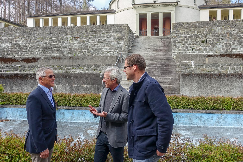 Wie könnte die künftige Nutzung aussehen? Das fragen sich Markus Ehrenberg, Präsident der Stiftung Luzerner Feuerbestattung (links), Stadtrat Adrian Borgula (Mitte) und Stadtgärtner Cornel Suter.