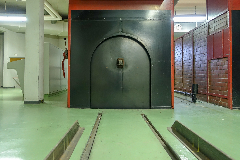 Im UG stehen die alten Elektroöfen des Krematoriums.