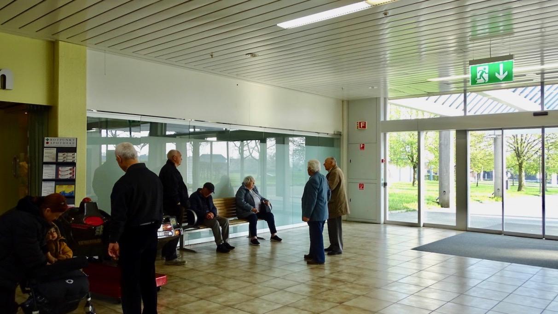 Noch tummeln sich die Leute vor einem leeren Raum: Bald jedoch sollen hier Veranstaltungen stattfinden.