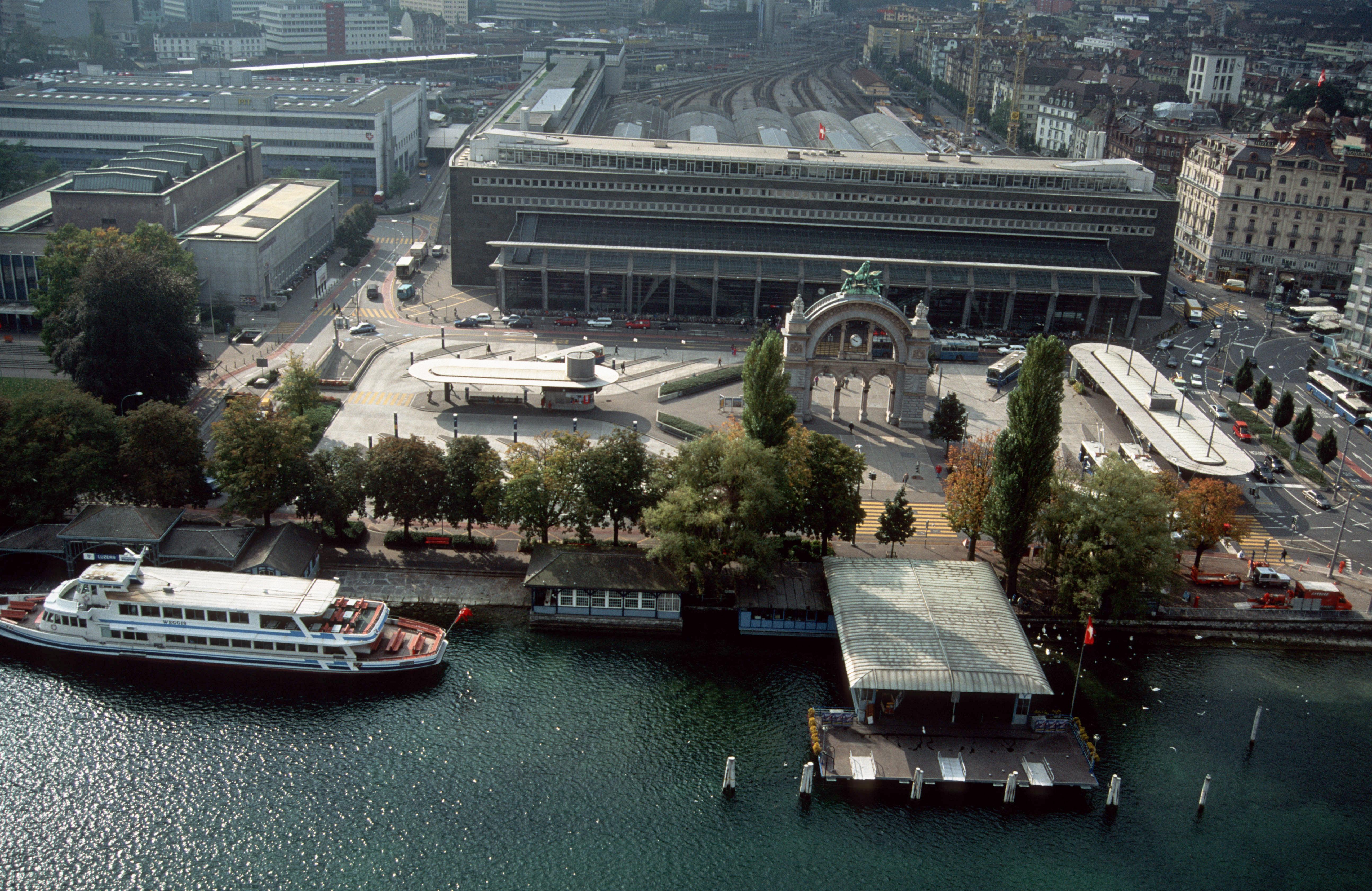 Die Landungsbrücke, rechts unten im Bild, auf einer älteren Aufnahme.