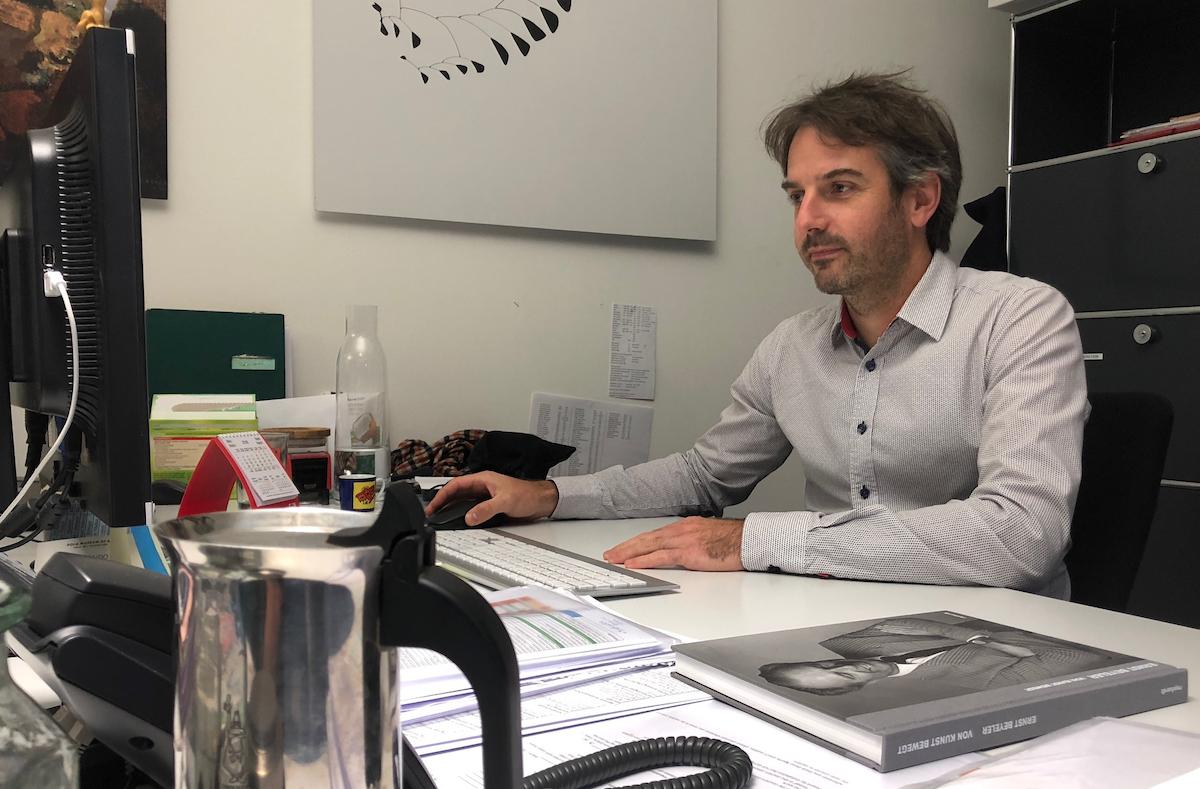 Zwischen Kaffee und Beyeler-Biografie:Matthias Fellmann in seinem Büro.